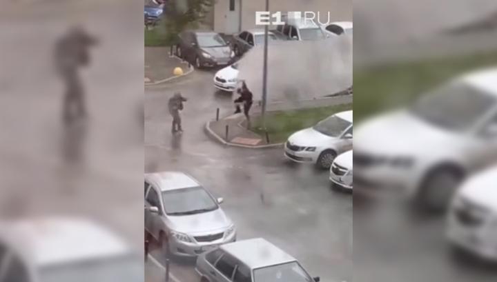 Появилось видео, как ураган на Урале подбросил мужчину и ударил о столб