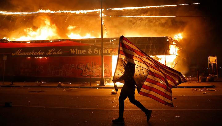 Смерть Джорджа Флойда вызвала волну беспорядков во всей Америке