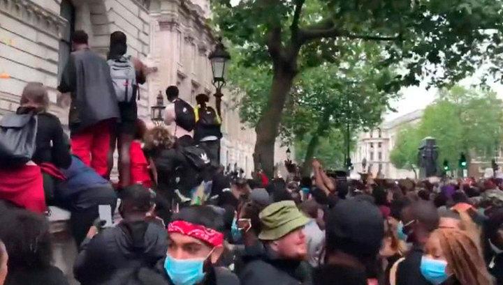 В Лондоне протестующие устроили потасовку у резиденции Джонсона на Даунинг-стрит