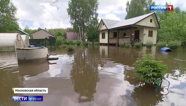 Затопленные огороды и улицы: стихия обрушилась на Московский регион