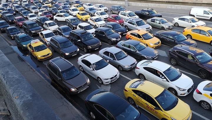 После отмены карантина в Москву вернулись автомобили и пробки