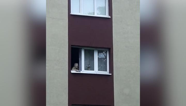 Старенькая калининградка четыре года кричит из окна и пугает соседей