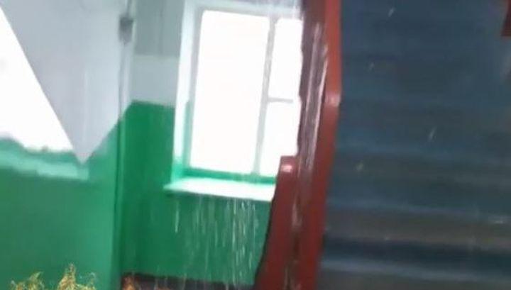 Вот это душ: ливень добрался до подъездов и квартир владивостокцев