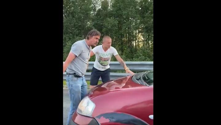 Под Петербургом водители устроили противостояние с любителем езды по обочине. Видео