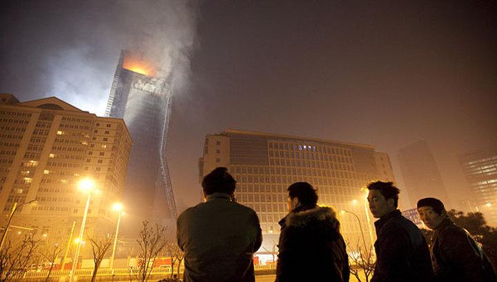 Центр Пекина после пожара заволокло техногенным туманом