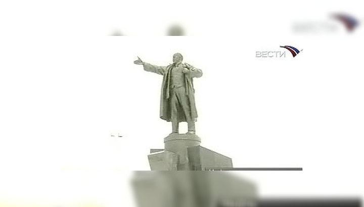 Молодой человек повис на руке памятника и начал раскачиваться