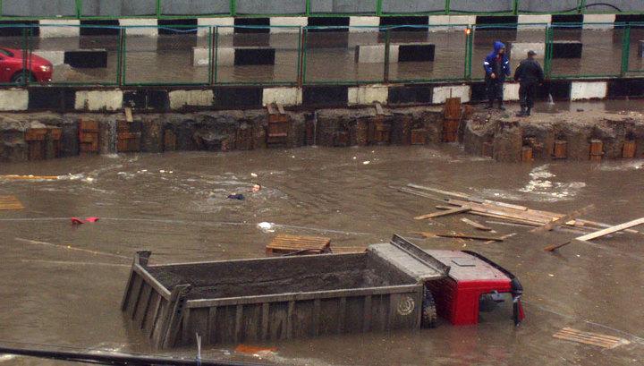 В Москве ушёл под воду грузовик: фото очевидца