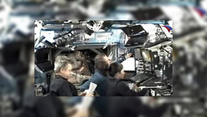"""Накануне члены интернационального экипажа станции при поддержке из ЦУПов с Земли впервые в истории осуществили операцию по """"захвату"""" в условиях космического пространства свободно парящего объекта"""