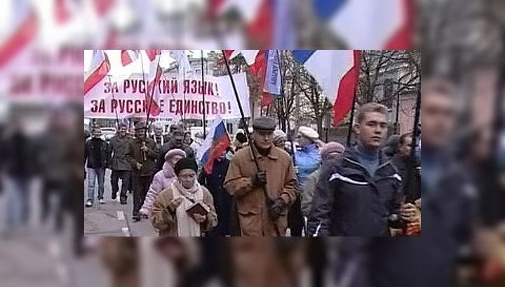 В Севастополе демонстрантам с флагом РФ мешали пройти к вечному огню