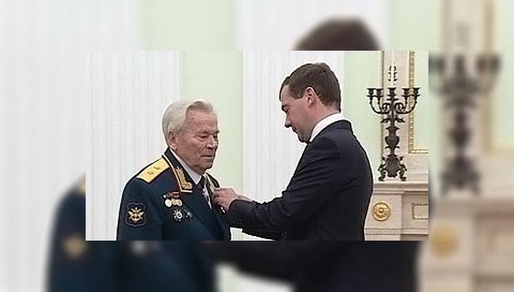 Президент РФ вручил Михаилу Калашникову звезду Героя России