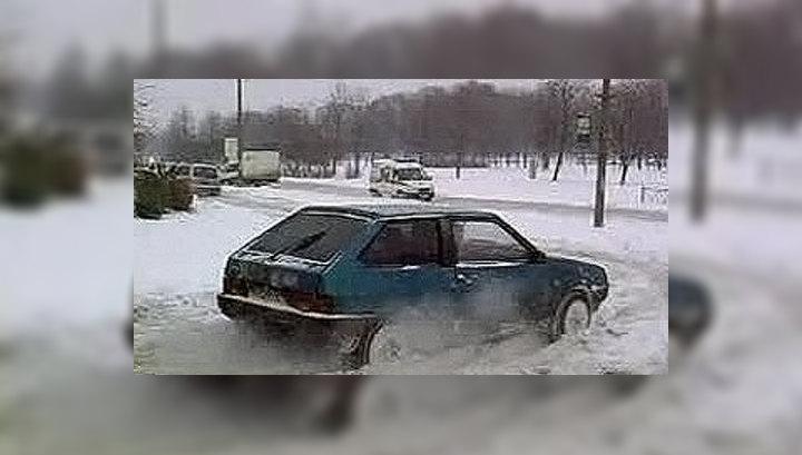 Из-за снегопада петербуржцы передвигаются по городу с лопатами