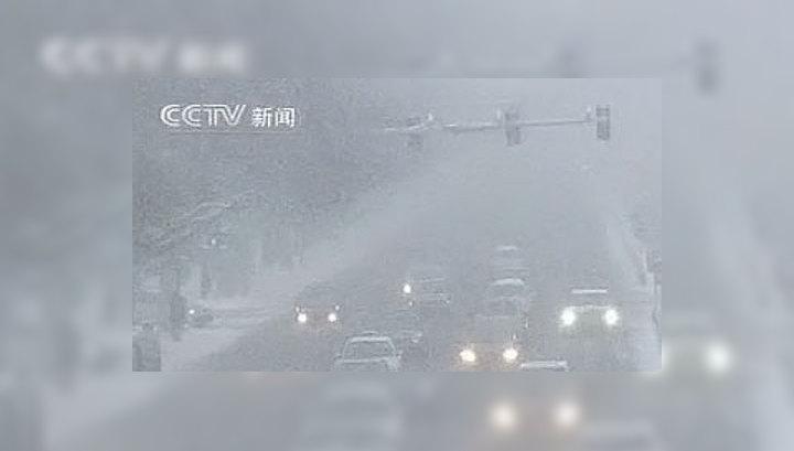 Снегопад в Пекине парализовал автотрассы и аэропорт