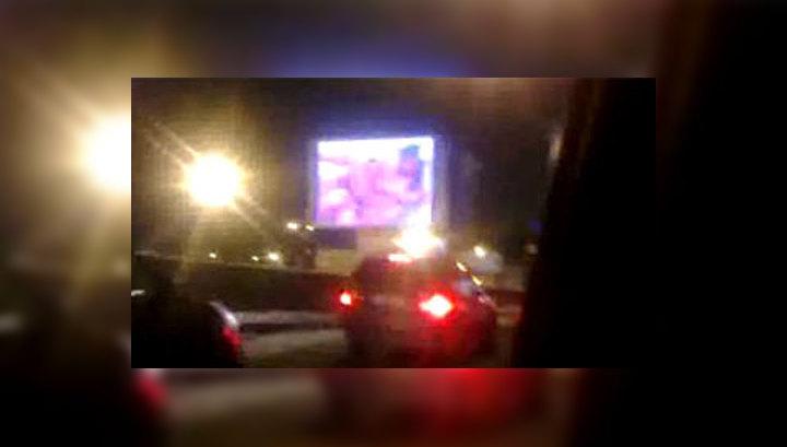 На уличных видеоэкранах ролик порнографического содержание