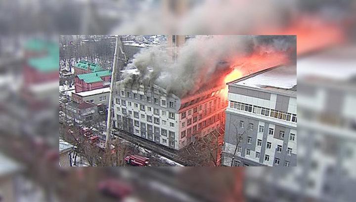 На севере Москвы обрушилась кровля горящего бизнес-центра
