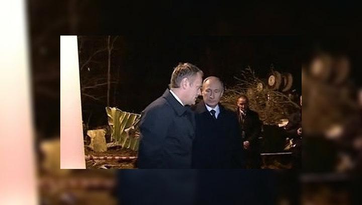 Путин и Туск возложили цветы на месте крушения самолета польского президента