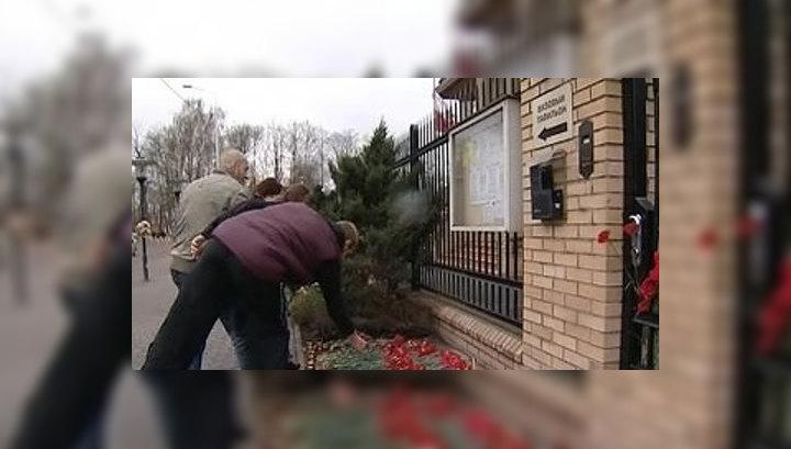 Жители столицы несут цветы к зданию посольства Польши в Москве