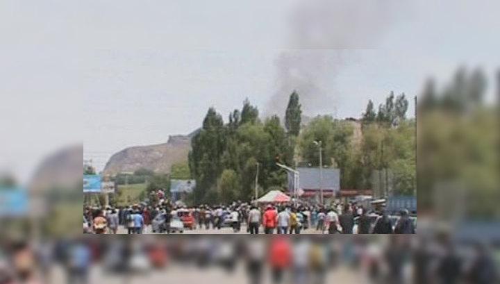 В Киргизии мародеры захватывают оружие и поджигают здания