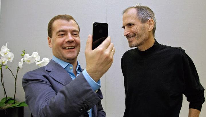 Стив Джобc подарил Медведеву iPhone 4