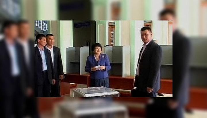 Роза Отунбаева тайно проголосовала на референдуме в Оше