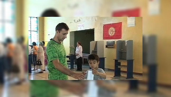 Отунбаева: граждане Киргизии приняли Конституцию
