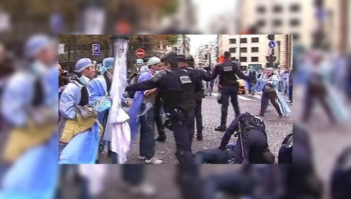 В Париже полицейские вступили в бои с медработниками