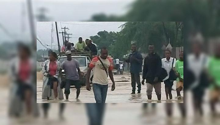Потоки воды разносят по Гаити холеру и тиф