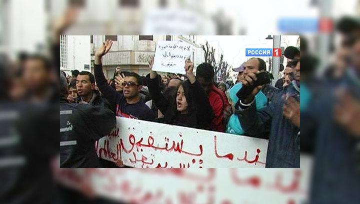 Голодные тунисцы кидаются на полицию и туристов