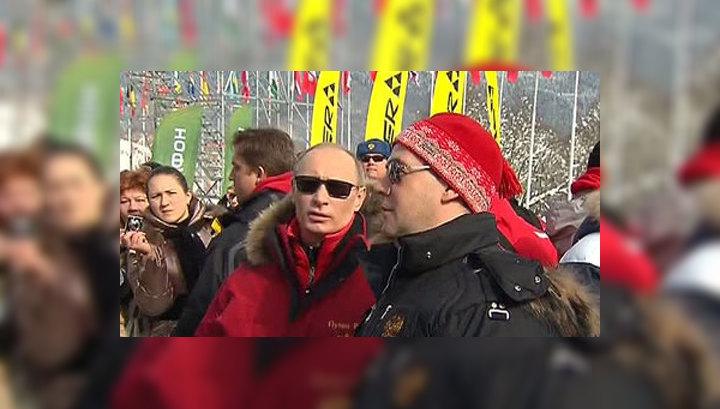 Путин и Медведев покатались на лыжах и посидели за бокалом глинтвейна