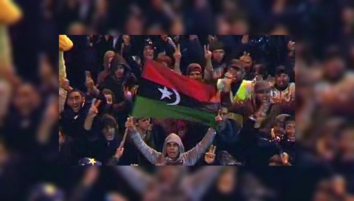 """Противники Каддафи подняли """"обагренный кровью"""" флаг"""