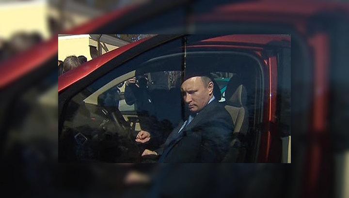"""Путин осмотрел """"Ё-мобили"""" Прохорова"""