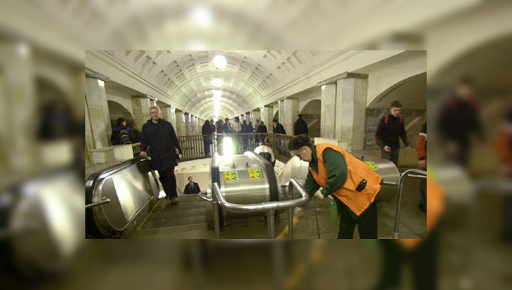 """В московском метро загорелся кабель: с """"Охотного ряда"""" эвакуируют пассажиров"""