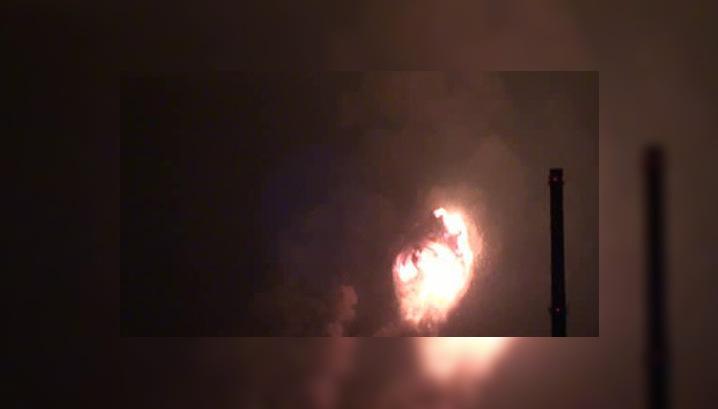 Пожарные не могут добраться до горящего арсенала