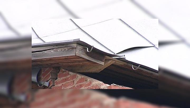 Крыша разрушенного взрывом дома