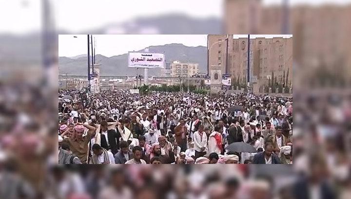 В центре столицы Йемена снайперы стреляют по протестующим
