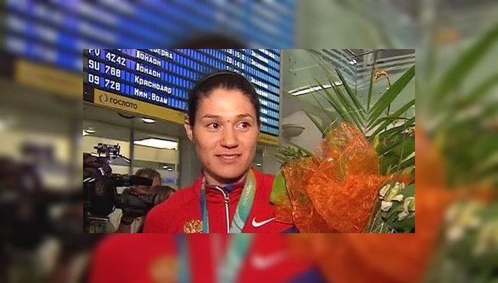 Российских легкоатлетов встретили в Москве по-чемпионски