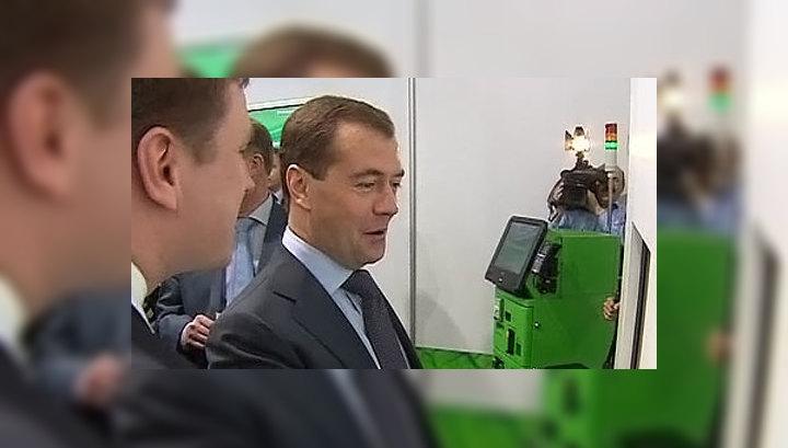 Медведев сделал покупки в магазине будущего