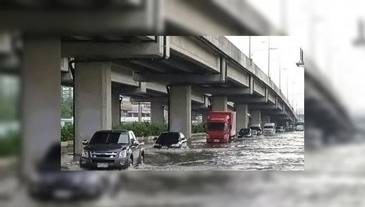 Вода прорвала дамбу в Бангкоке: затоплена деловая часть города