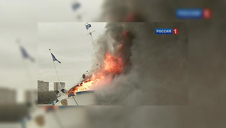 """Пожарные тушили теплоход """"Сергей Абрамов"""" 13 часов"""