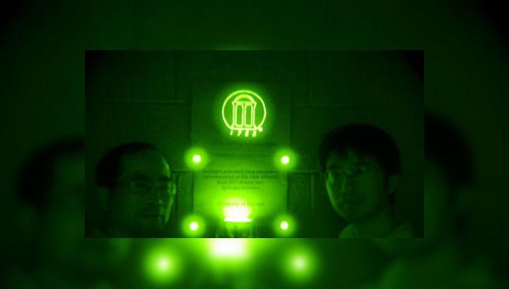 На первый взгляд, нет смысла целенаправленно создавать материал, который можно увидеть разве что в приборах ночного видения. Однако условно невидимое инфракрасное излучение может стать основой скрытой системы (фото Zhengwei Pan/UGA).
