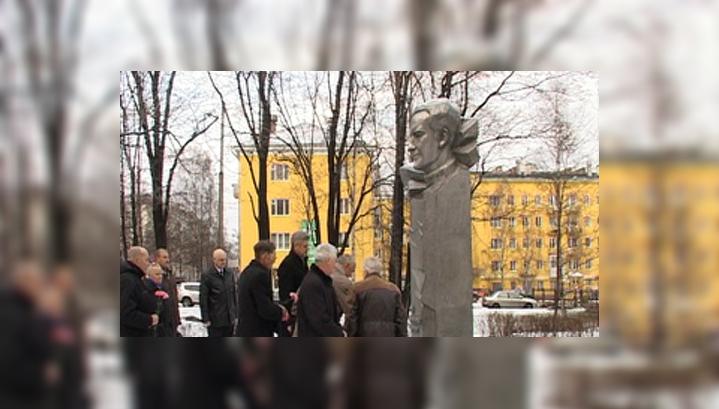 Карельские чекисты возложили цветы к памятнику Юрию Андропову