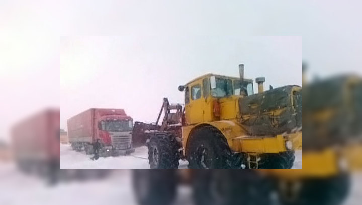 """Трасса """"Россия"""" парализована пробками: водителям привозят бензин и горячее питание"""