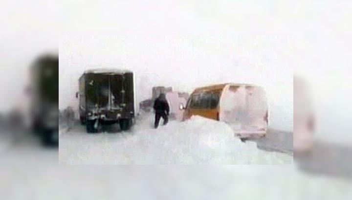 Обильные снегопады парализовали движение на дорогах России