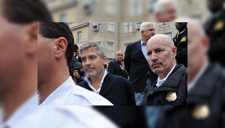 Клуни оказался в полицейском фургоне после акции протеста