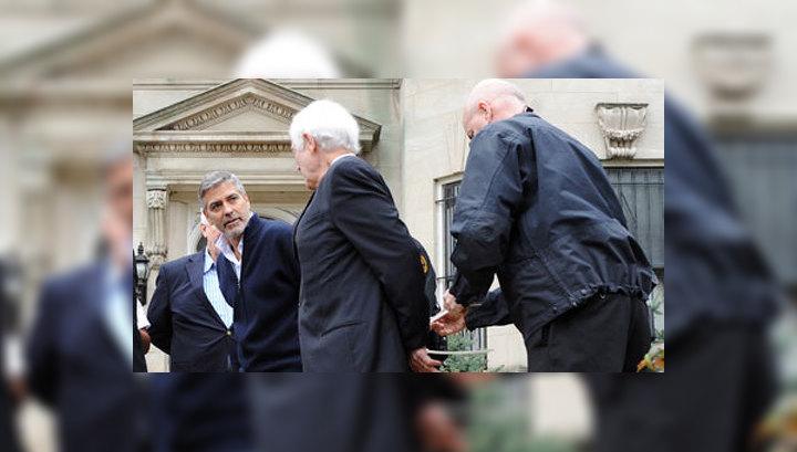 Полиция увела Джорджа Клуни с митинга в наручниках