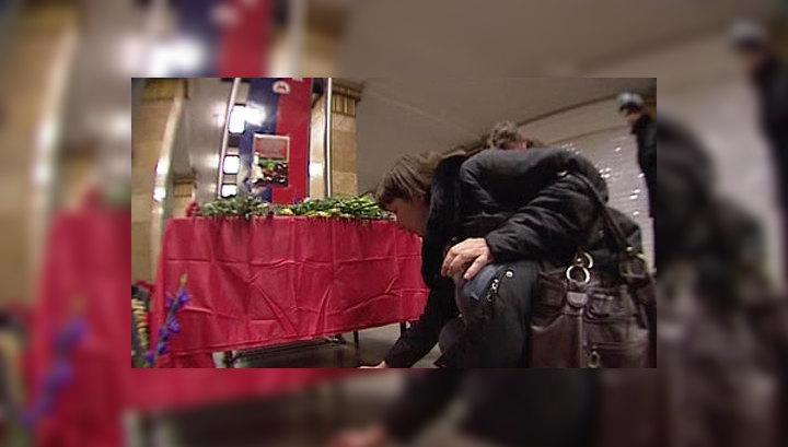 Москвичи несут цветы к местам взрывов в метро