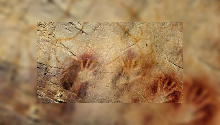 Нанесённые красной краской следы человеческих ладоней в пещере Эль Кастильо имеют возраст 37,3 тысяч лет (фото Alistair W.G. Pike).