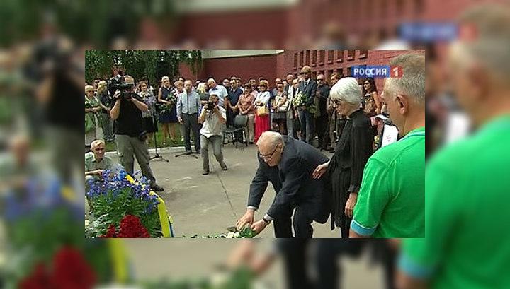 Памяти Людмилы Гурченко: гранитный автограф один для всех