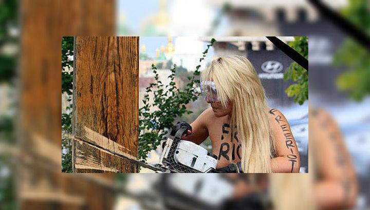 FEMEN спилили кресты в Нидерландах