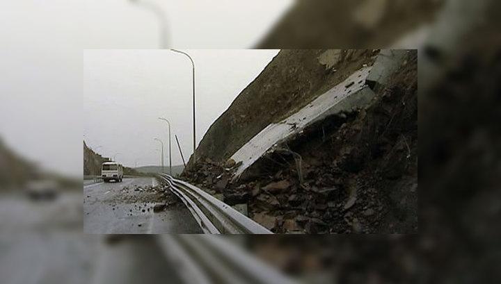 Ликвидировать последствия оползня на трассе во Владивостоке мешает тайфун