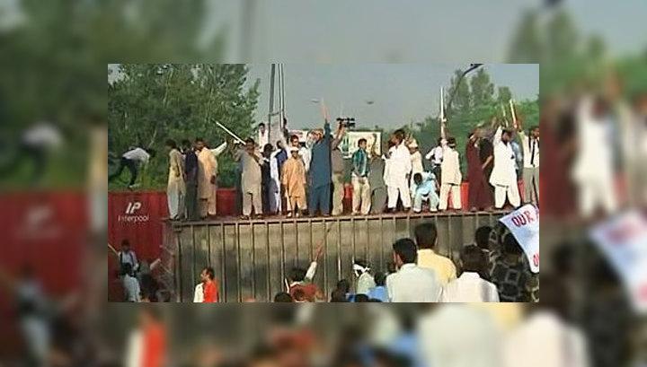 В ходе антиамериканских акций в Пакистане погибли 16 человек